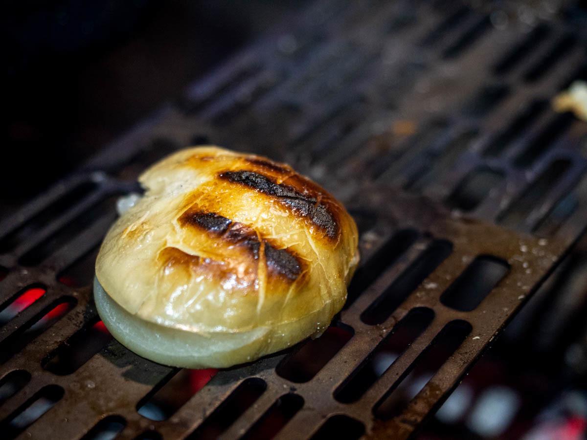 チタン焼き網で餅を焼く