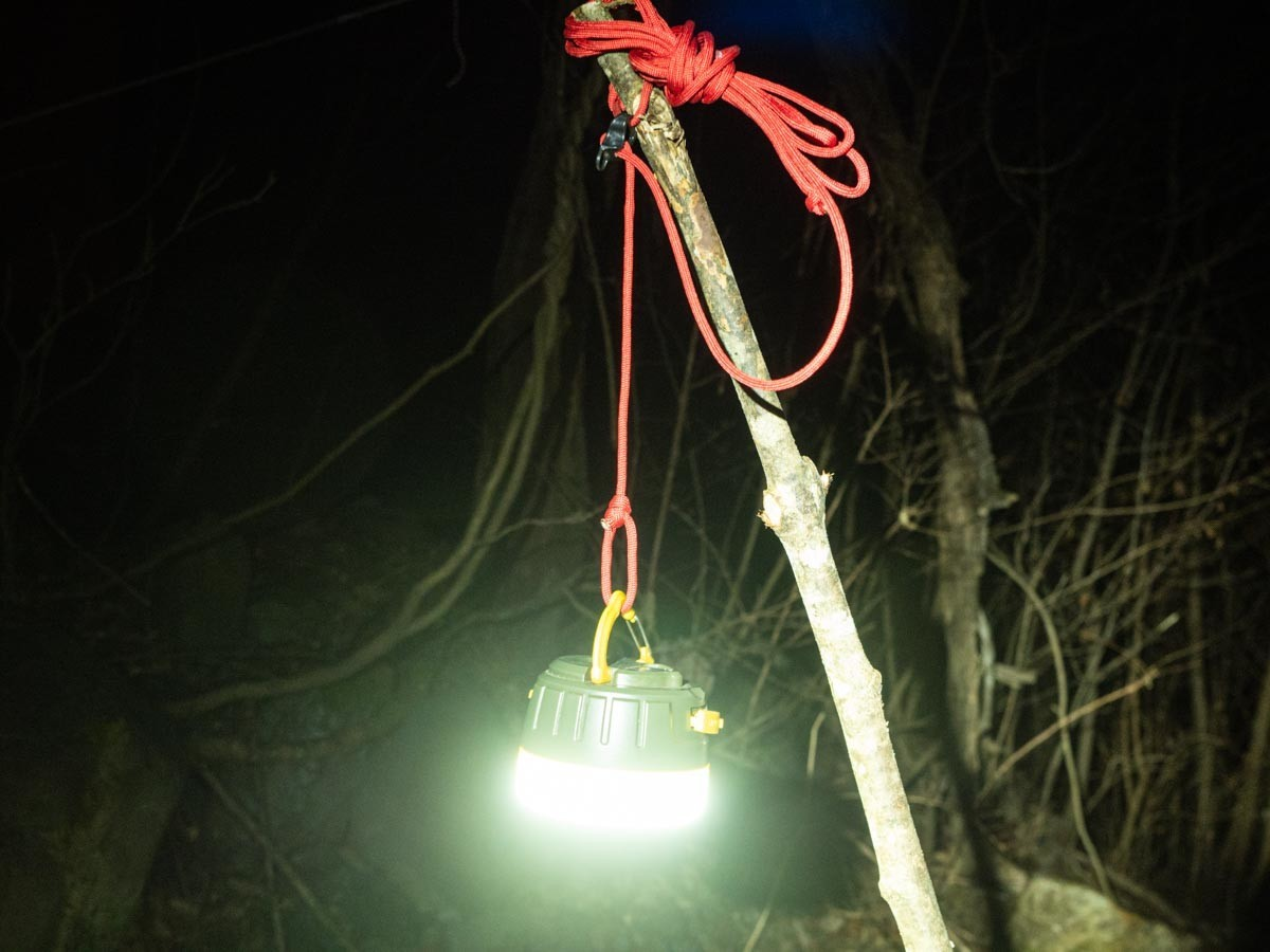 ロープで吊り下げたランタン