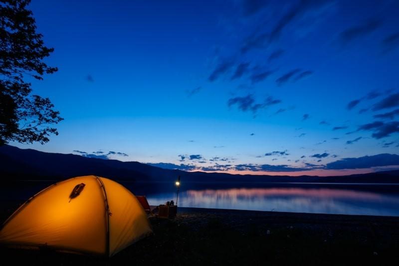 ブルーアワーの湖畔でテントを張る