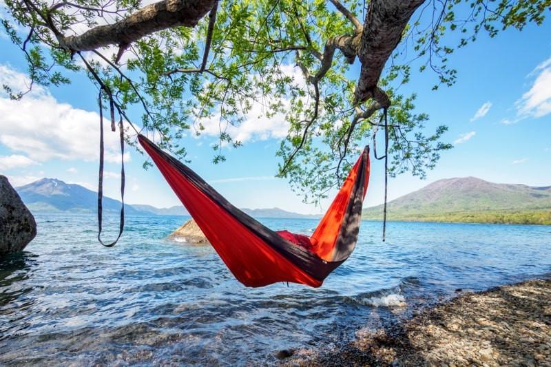 夏の湖畔で木に吊るしたハンモック