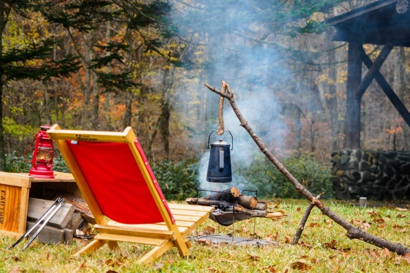 キャンプで焚き火でケトルをかける