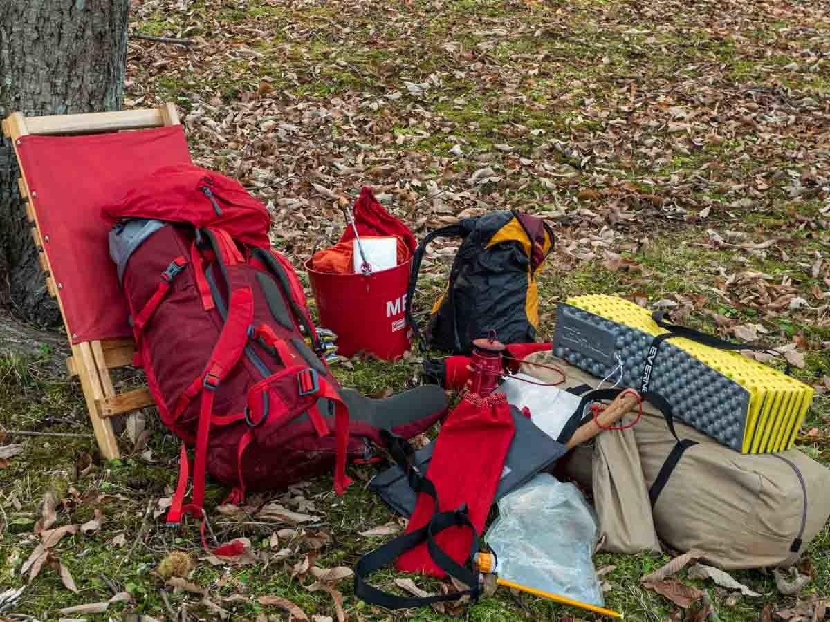 地面の上にキャンプ道具を並べた