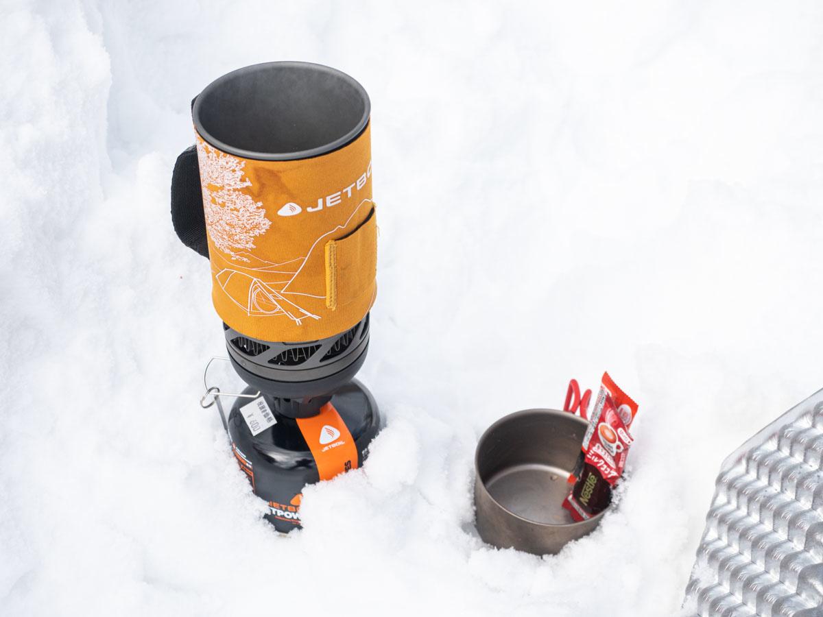 雪上でジェットボイル使ってお湯を沸かす