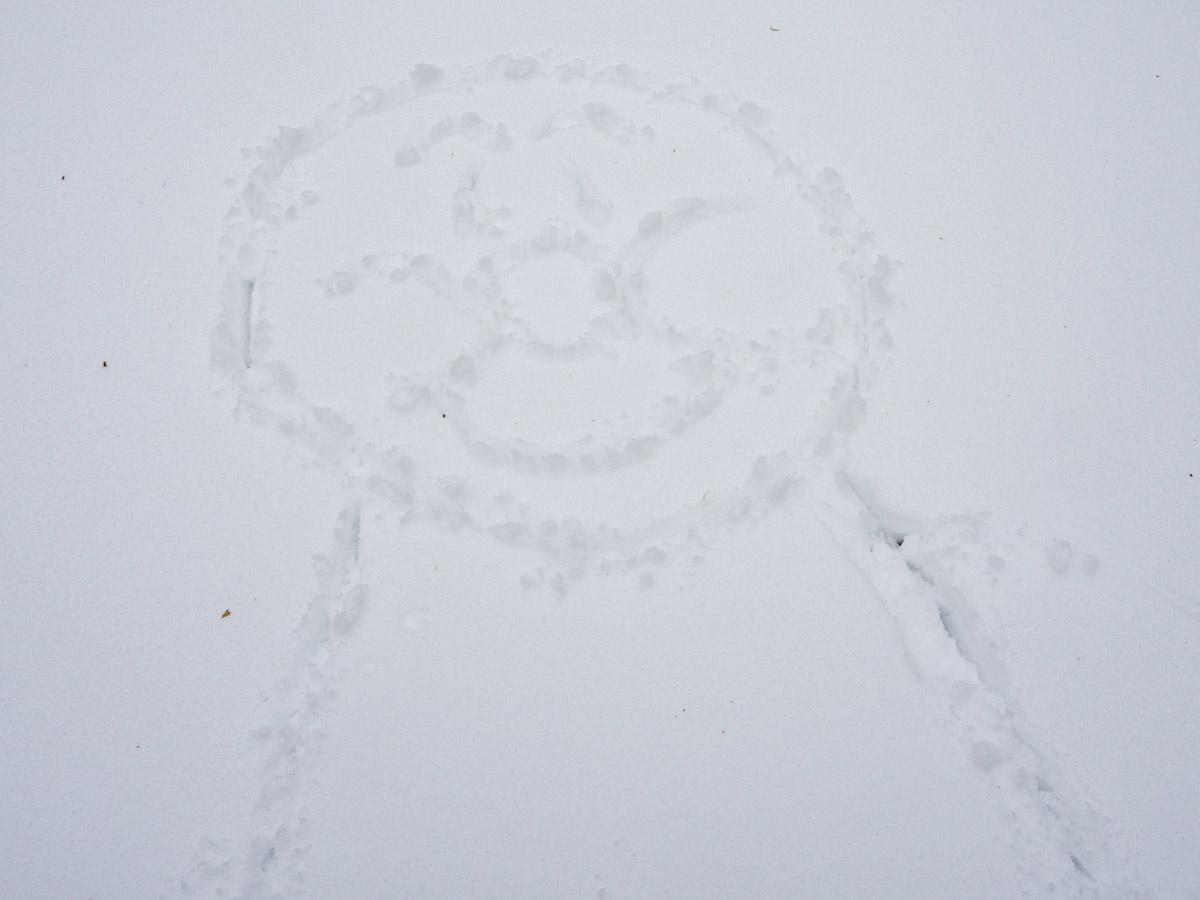雪の上にアンパンマンを描いた
