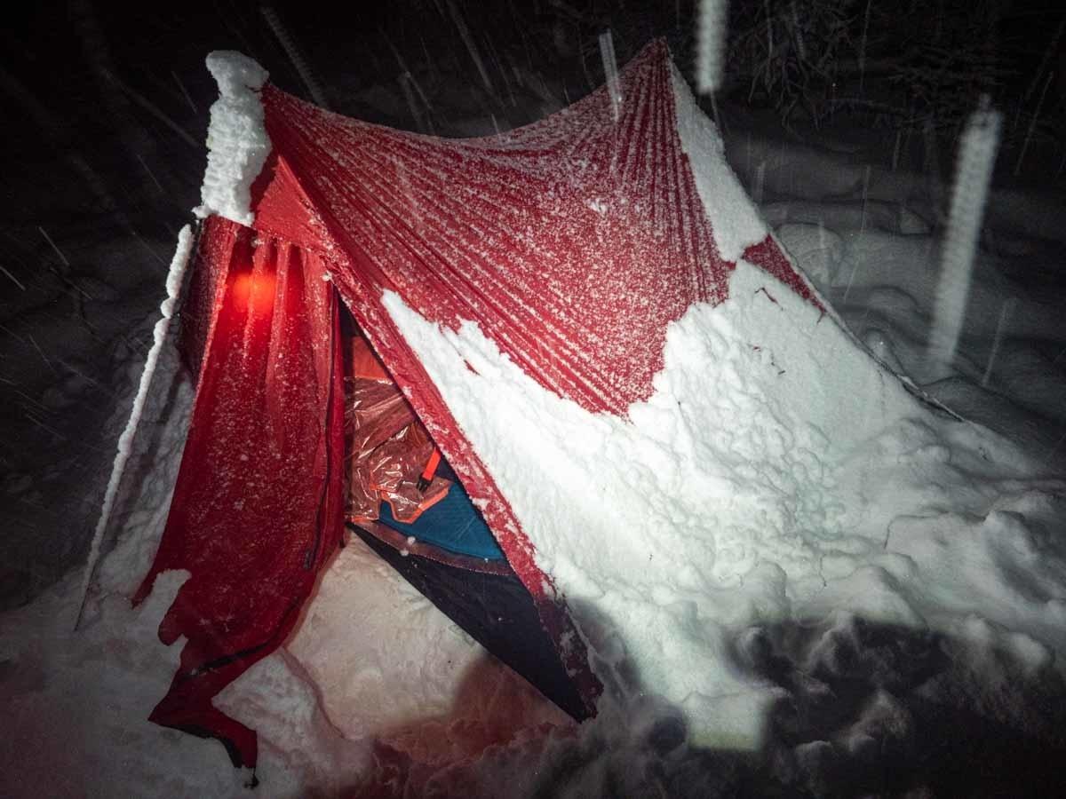 雪に押しつぶされるテント