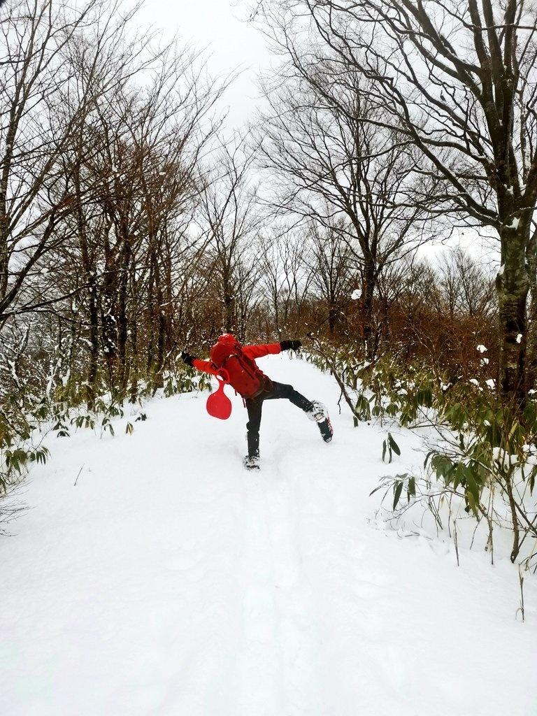 スノーシューを履いて登山