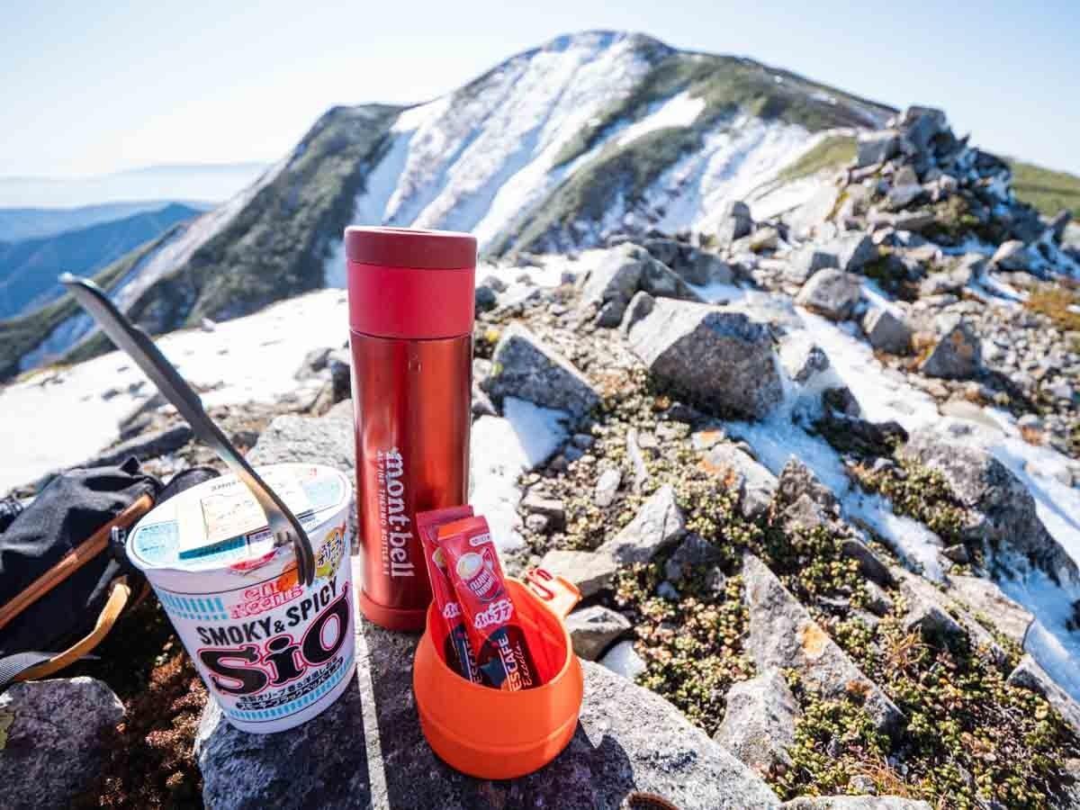 山で食べるカップラーメン