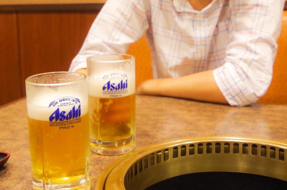 対面でビールを飲む