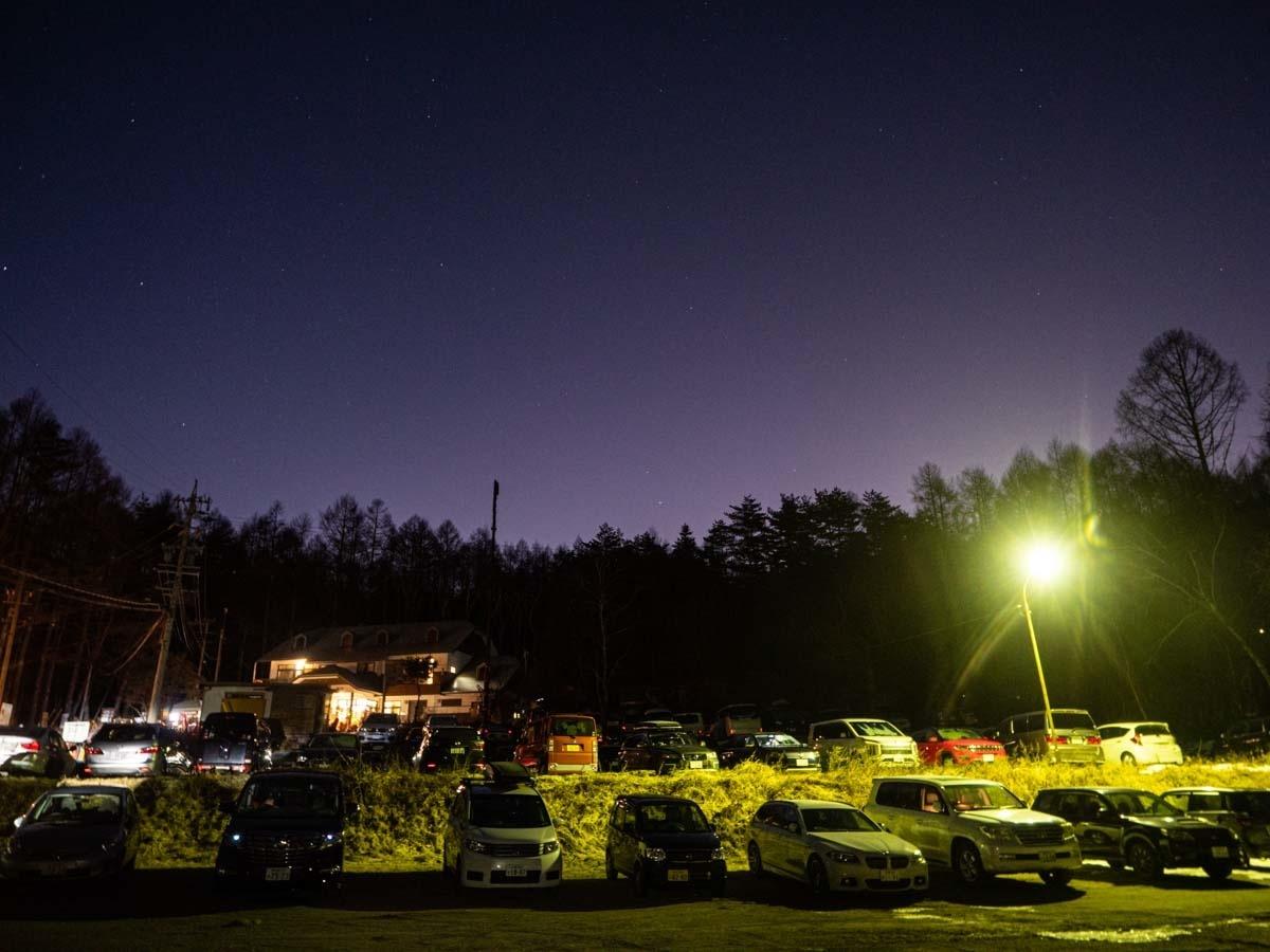 日の出前の八ヶ岳山荘駐車場