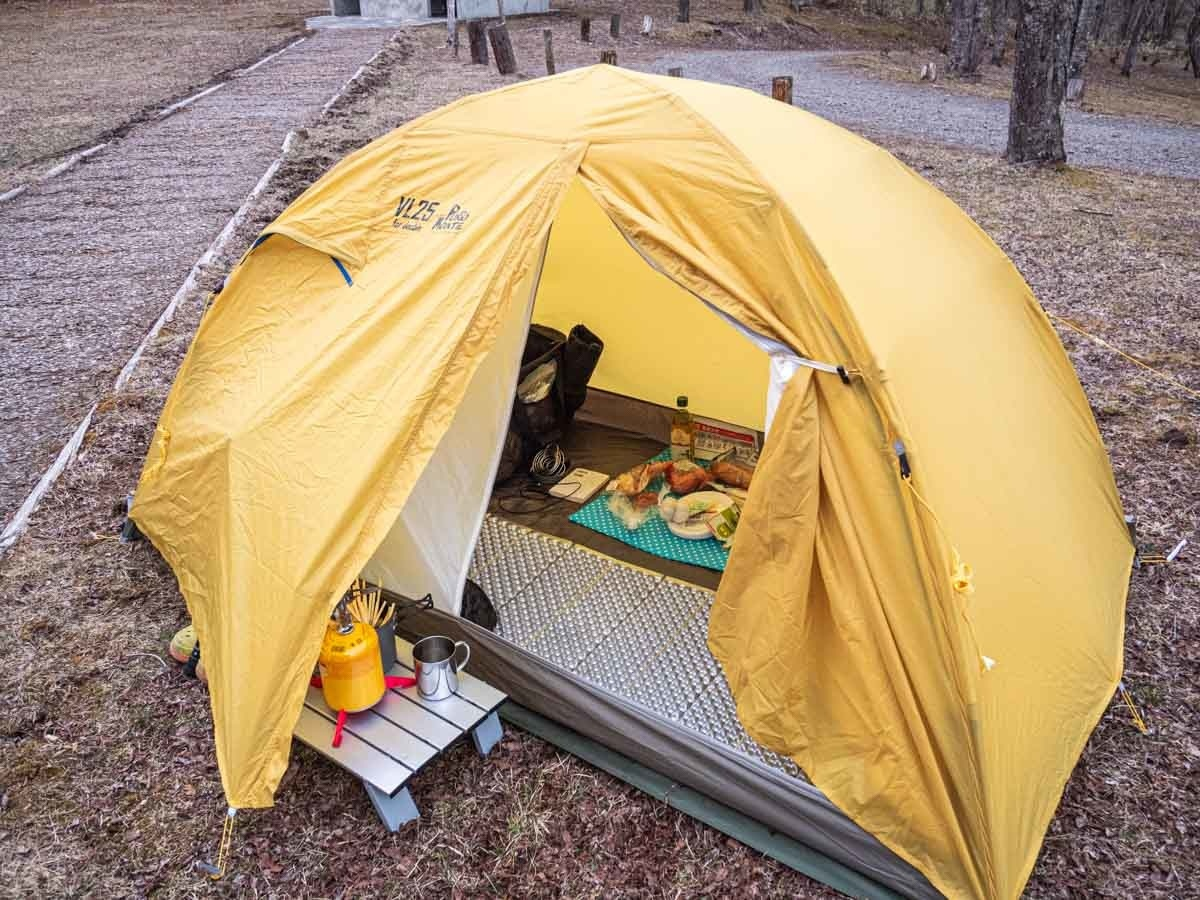 長辺出入口のテント
