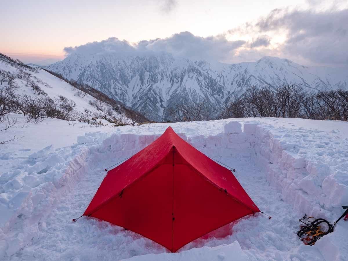 白毛門に張ったテントから谷川岳を望む