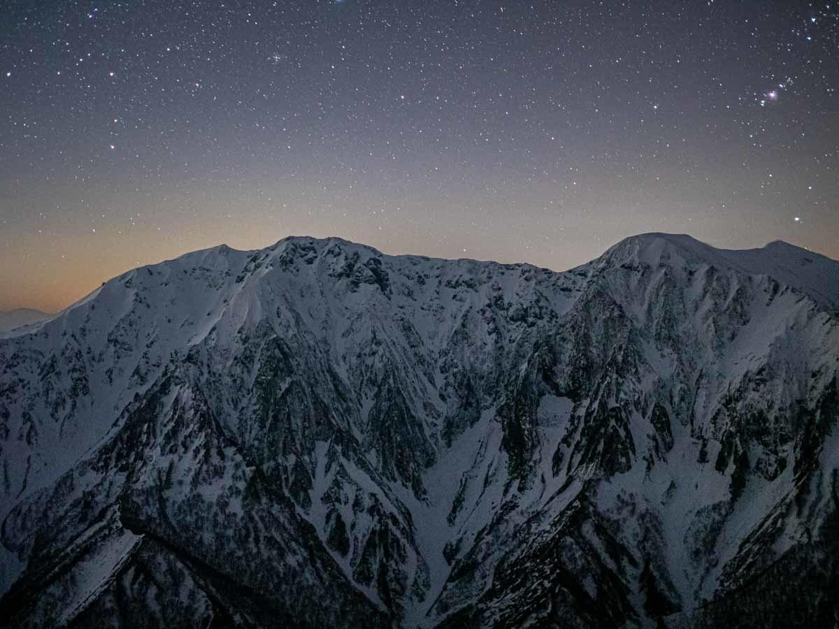 谷川岳と星空