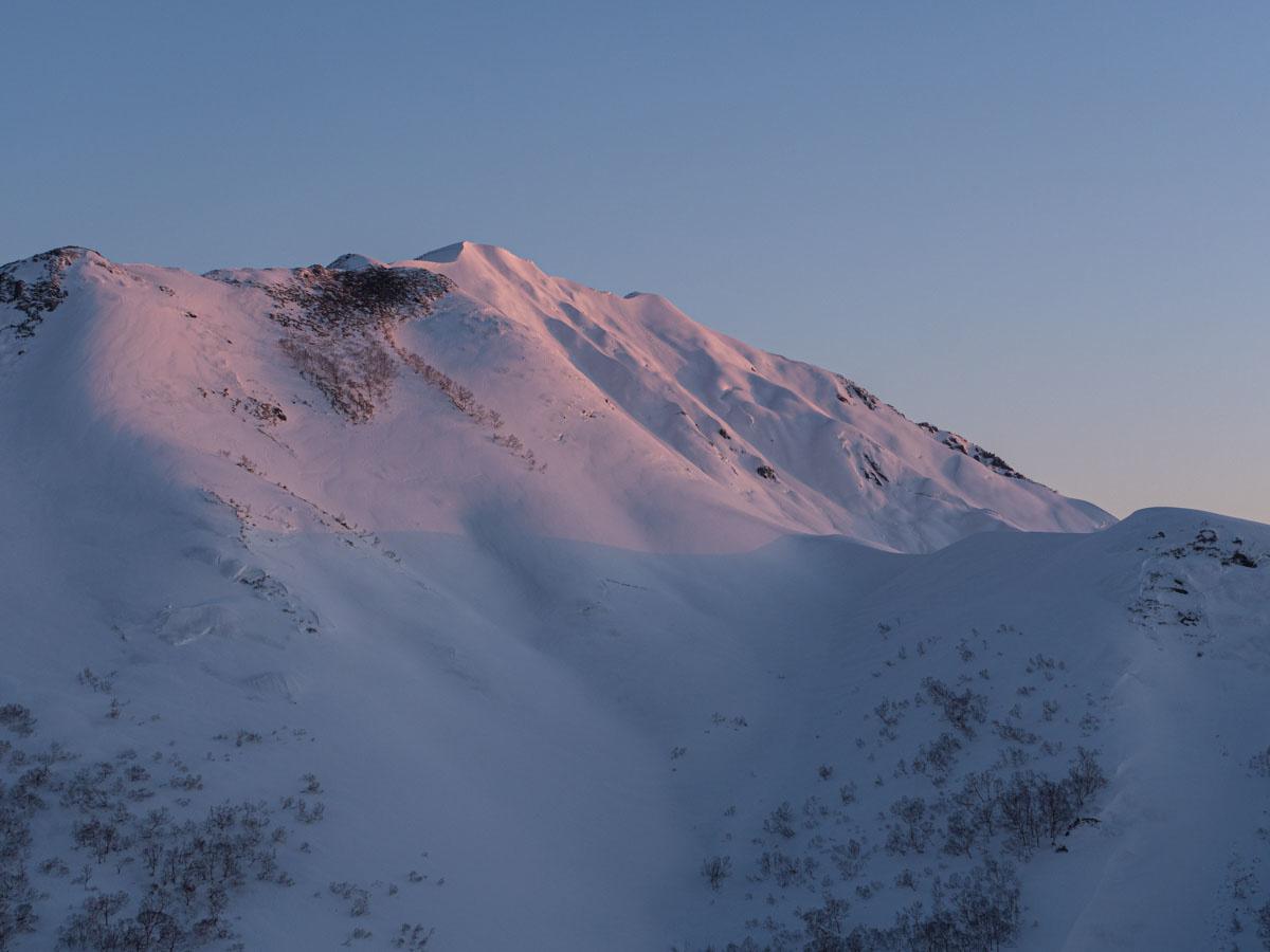 日の当たる冬山