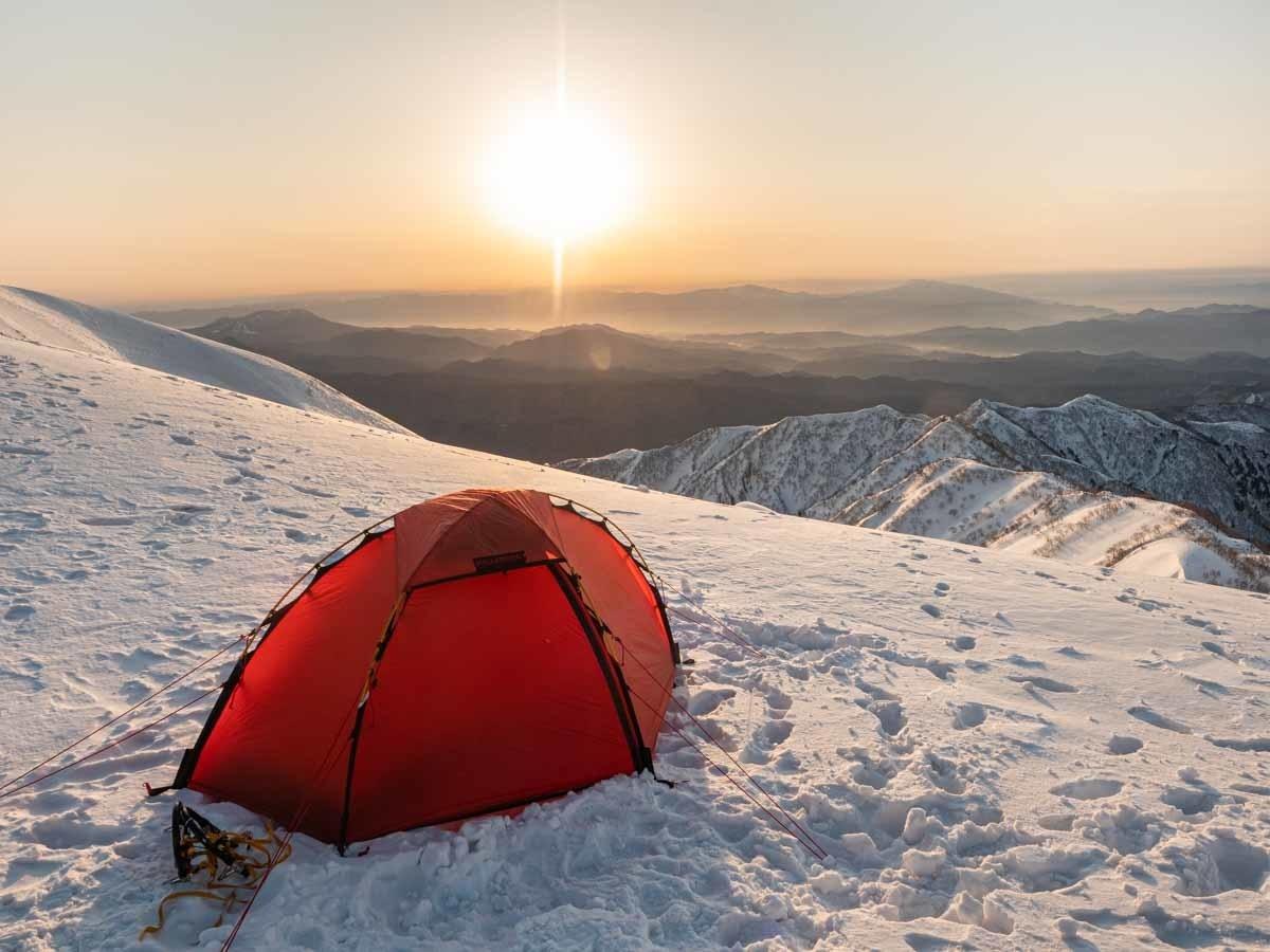 赤いテントと日の出