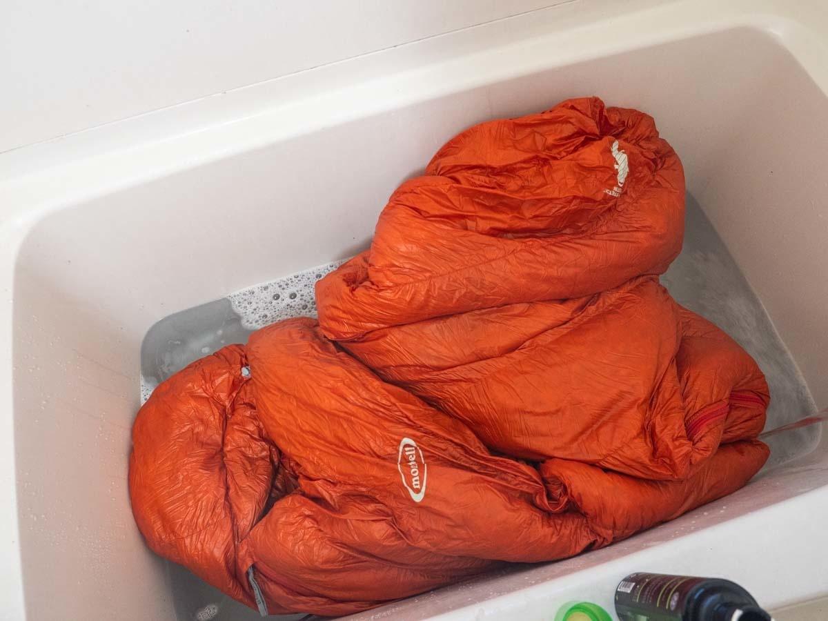 バスタブでダウンシュラフを洗濯