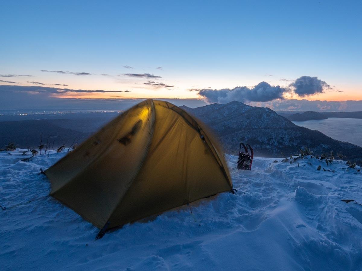長辺出入口のテントで風を受ける