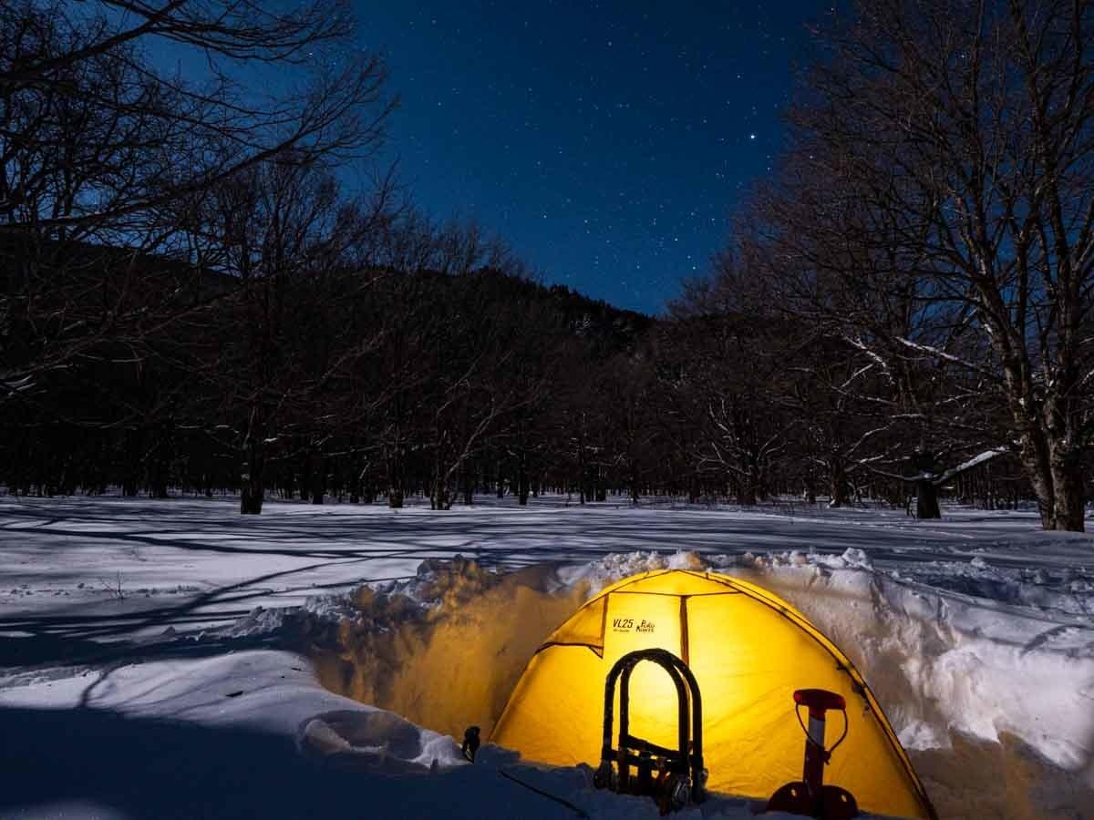 雪の中にテントを設営