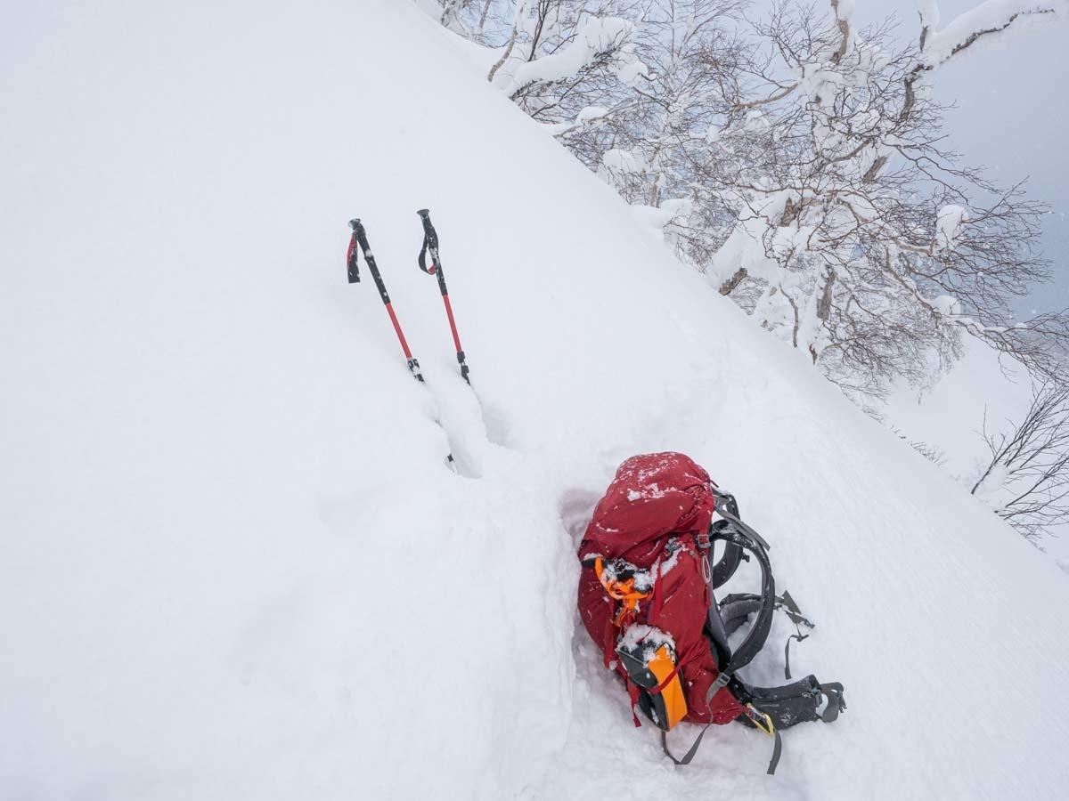 雪山の斜面にザッグを置く