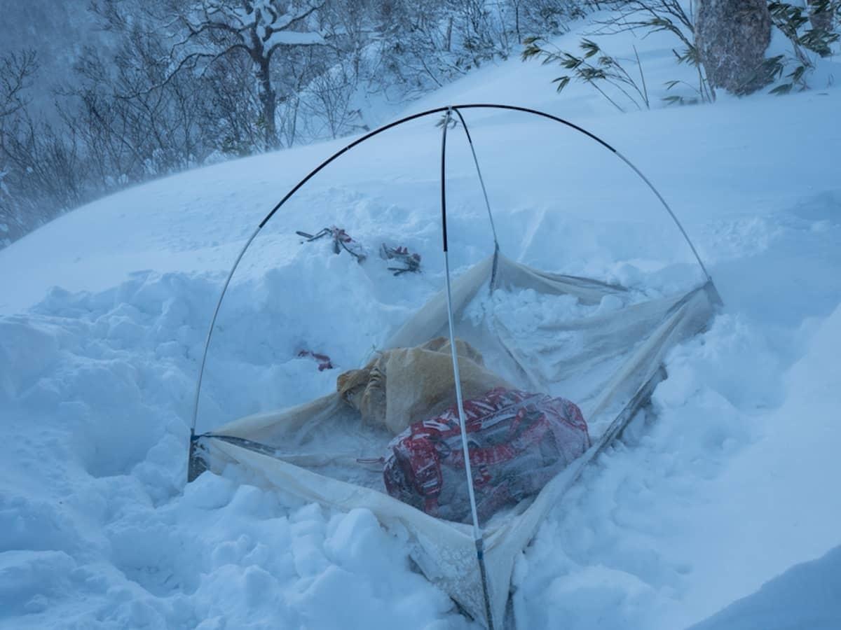 雪上にテントを設営している最中