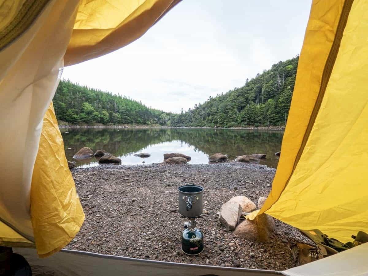 テントの中から外の景色を見る
