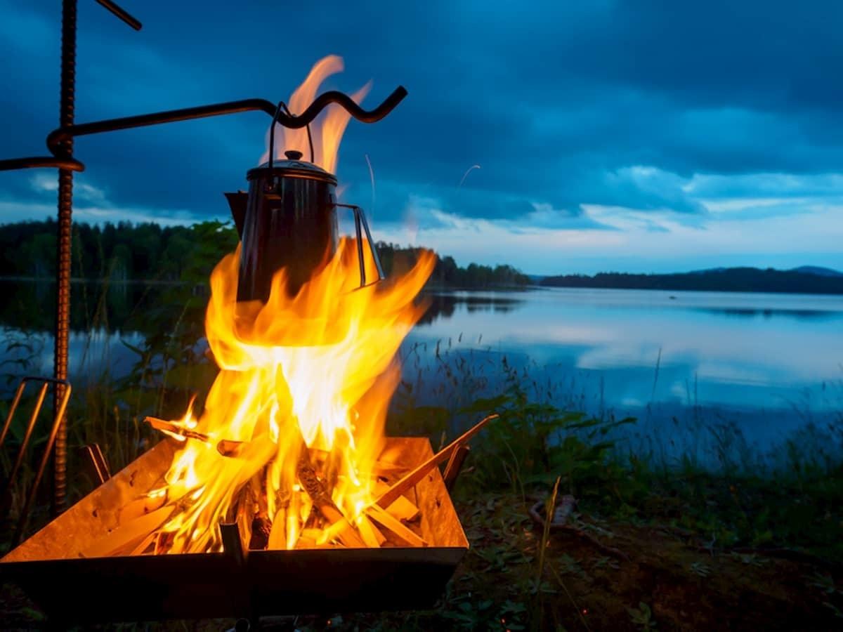 燃え盛る焚き火とケトル