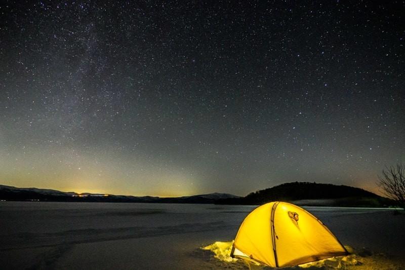 冬の星空の下のテント