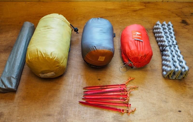 キャンプ道具を並べる