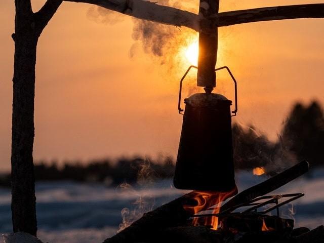 夕陽と焚き火に吊るしたケトル