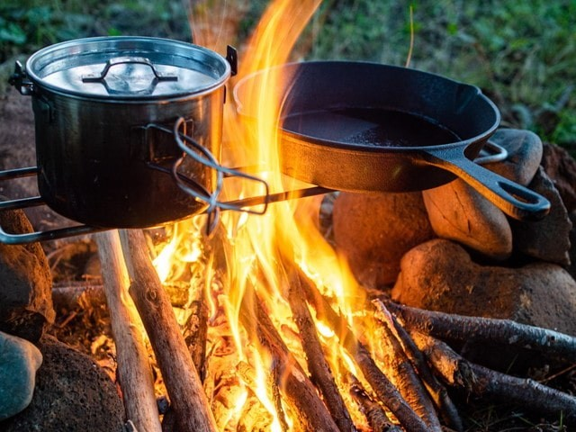 直火で鍋を使い調理をする