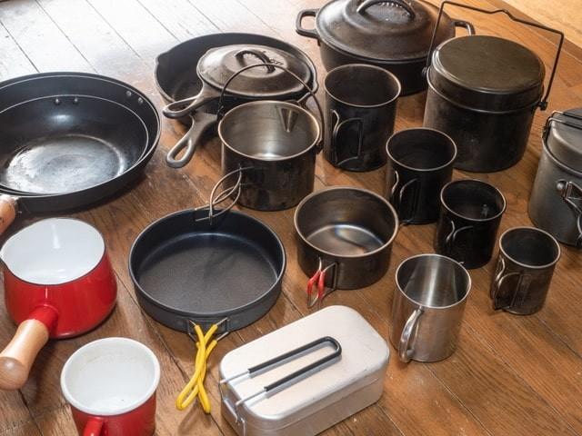 キャンプ用の鍋を並べる