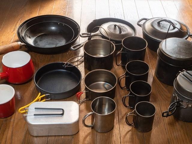 キャンプ用鍋を並べる