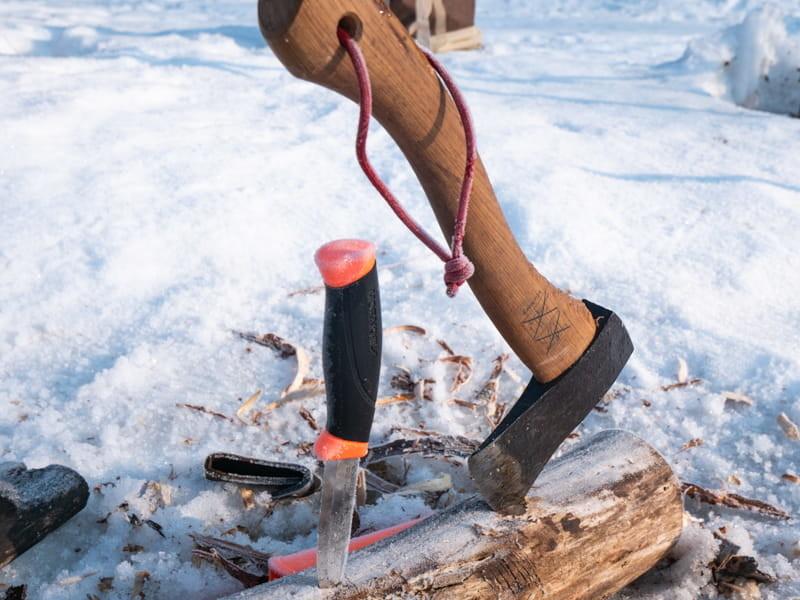 薪に斧とナイフを刺す