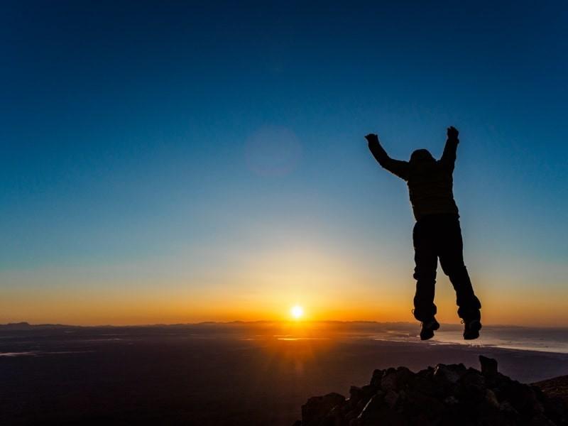 日の出をみながら山頂でジャンプ