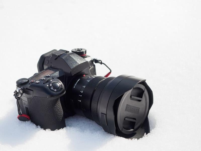 雪の上にLUMIX G9 PROを置く