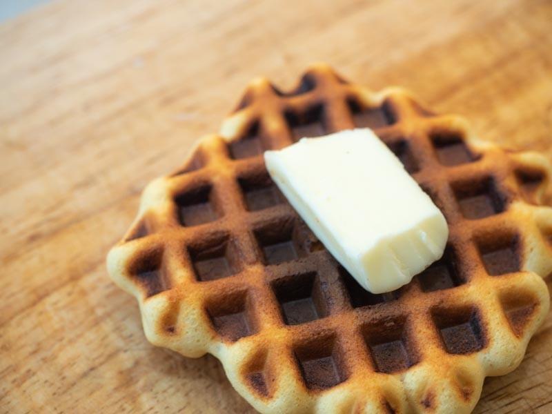 ワッフルにバターを乗せる