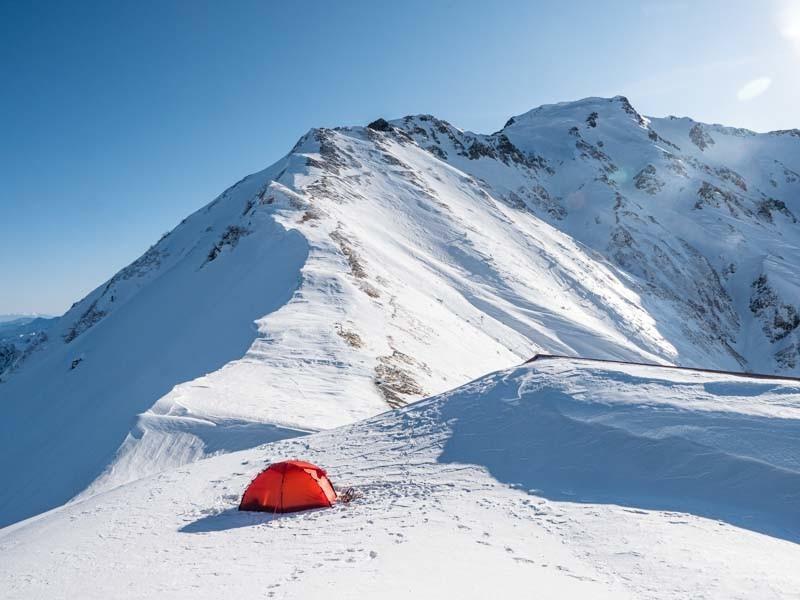 冬山でヒルバーグソウロを設営