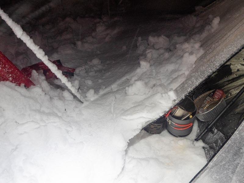 テントの前室に雪がつもる