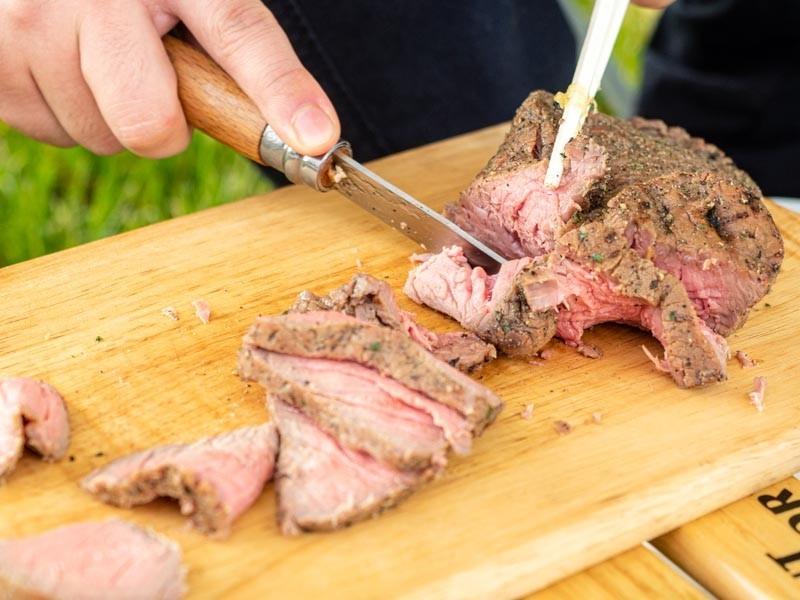 オピネルで肉を切る