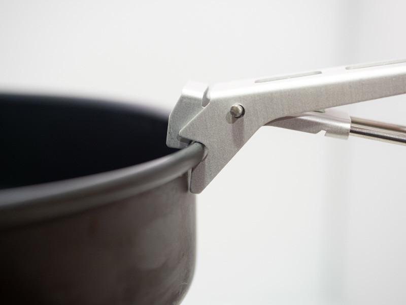 SOTO マイクロリフターで鍋をつかむ