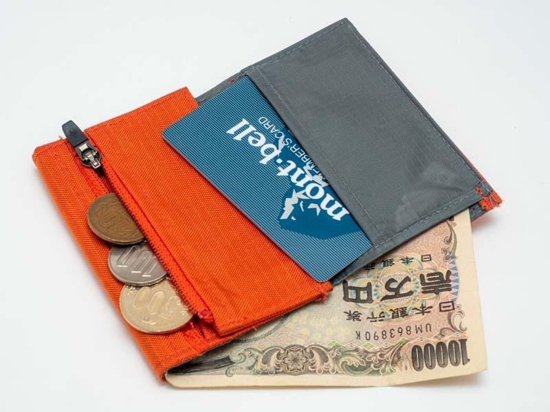 財布からお札を出す