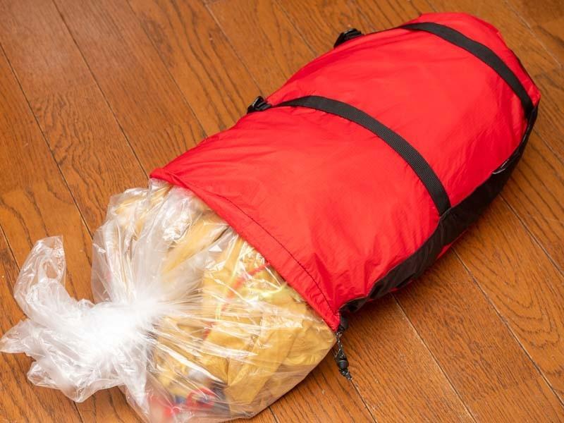 コンプレッションバッグにテントを入れる