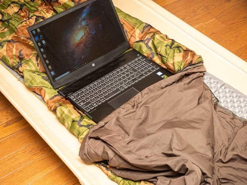 寝袋でパソコン