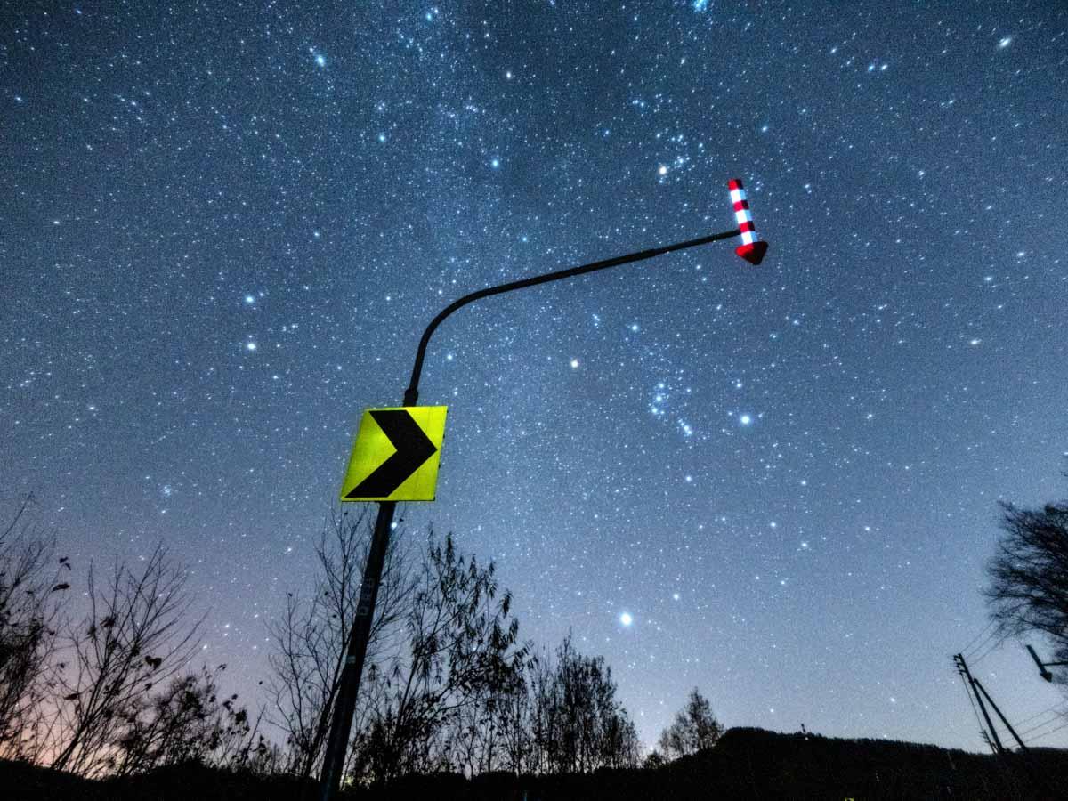 看板と星空