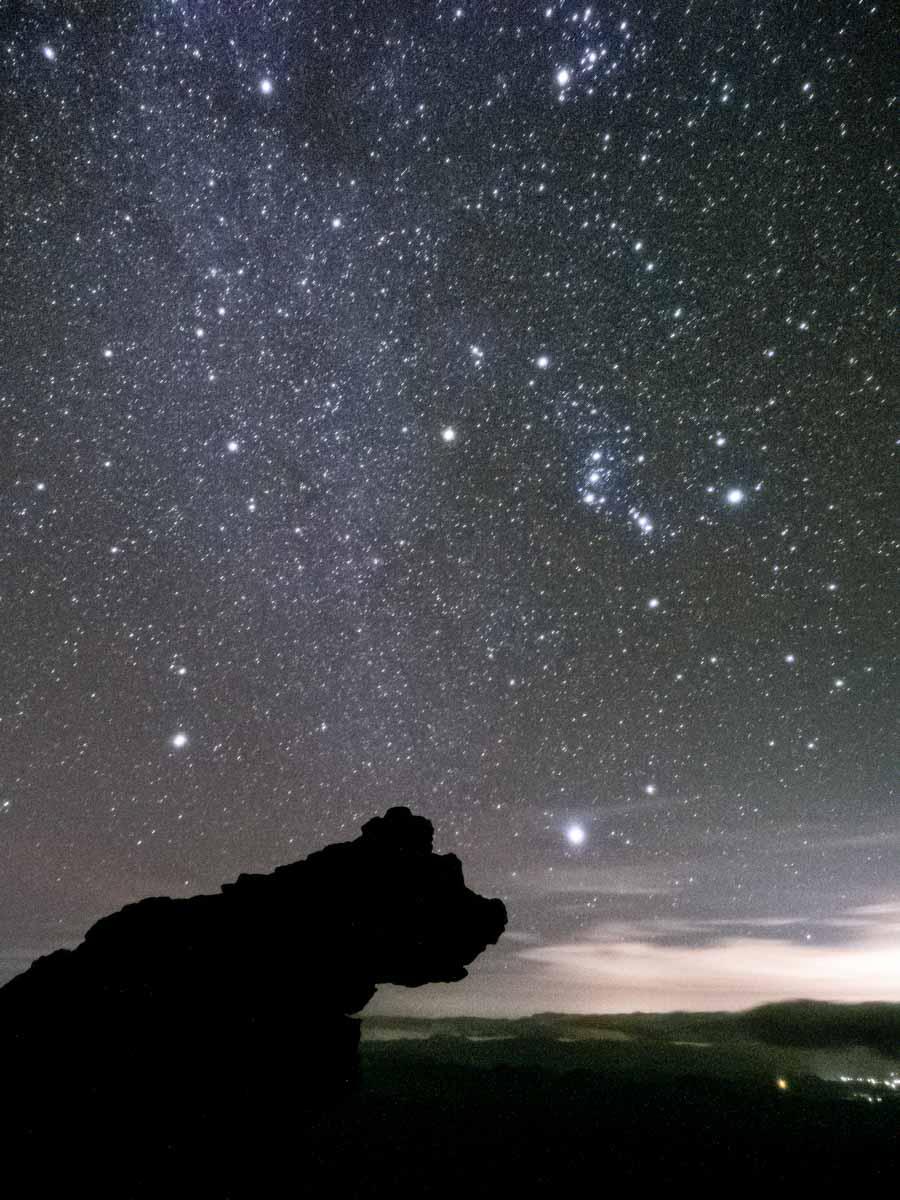 クマ岩と星空