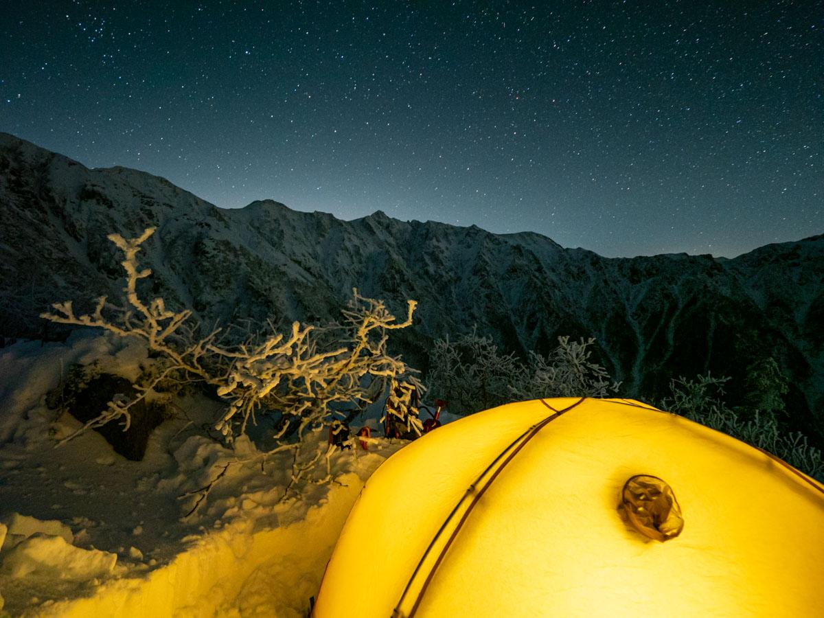 冬山の星空とテント