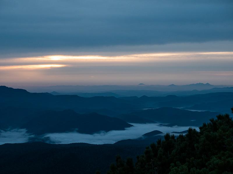 黒岳の日の出、が雲
