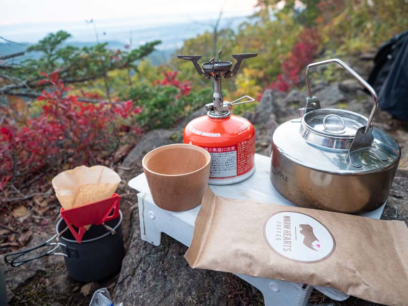 山でコーヒーを飲む