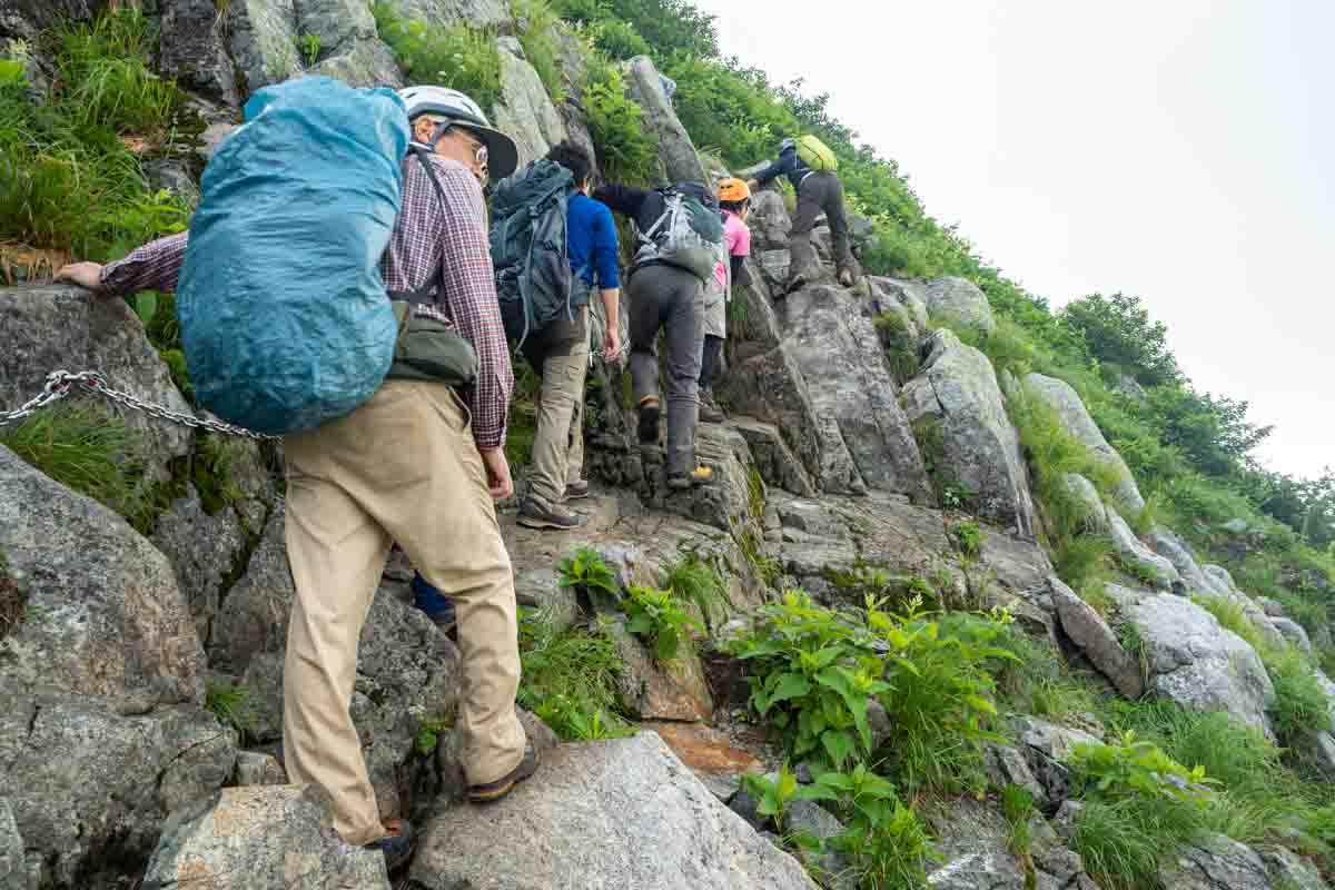 夏に登山をする人