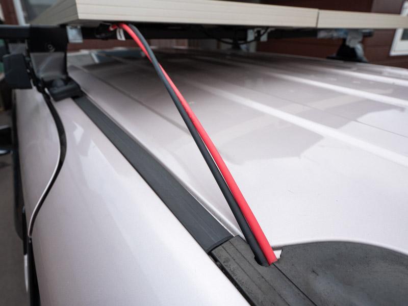 車の天井からソーラーパネルへの配線