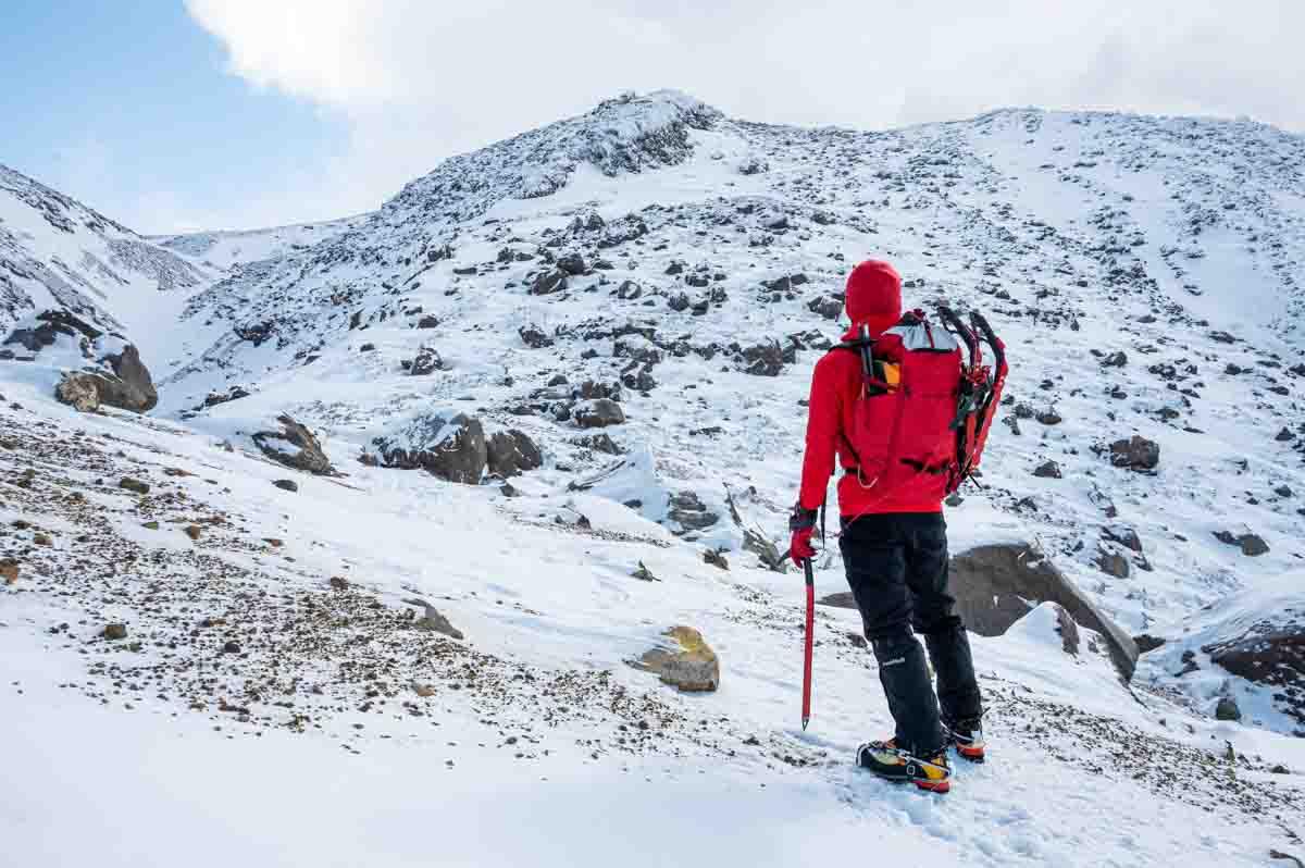 冬山登山をする人